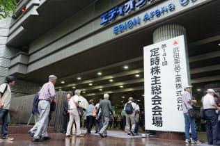 武田薬品工業の株主総会会場に入る株主たち