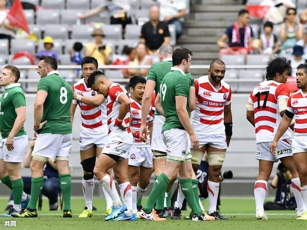 アイルランド代表に大差で敗れ、肩を落とす日本代表選手=共同