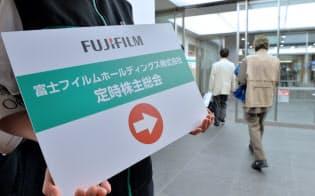 富士フイルムホールディングスの株主総会に向かう株主ら(29日午前、東京都港区)
