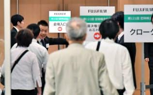富士フイルムホールディングスの株主総会に向かう株主(29日午前、東京都港区)