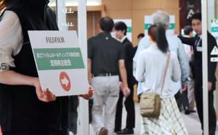 富士フイルムホールディングスの株主総会に向かう株主(29日、東京都港区)