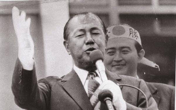 1974年参院選でヘリコプターもつかって全国を駆け回った田中角栄元首相(群馬県桐生市)