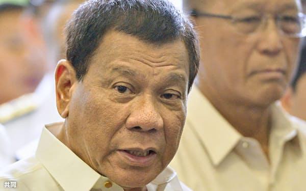 海上自衛隊のヘリコプター搭載型護衛艦「いずも」を視察するフィリピンのドゥテルテ大統領=共同