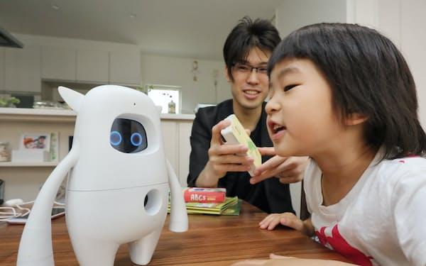 ロボットの「MUSIO」に話しかけて英語学習をする朝山さん親子(千葉県松戸市)