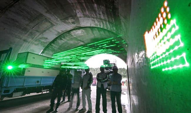 検査箇所を変えながら高速でレーザーを照射(静岡県富士市)=1.3秒間露光で撮影