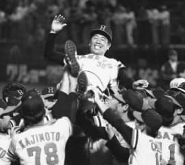 78年9月、2度目の前後期制覇を決め、ナインに胴上げされる上田氏=共同