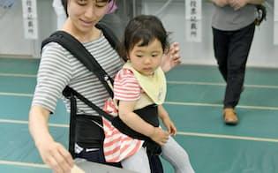 東京都議選で投票する有権者(2日午前、東京都港区)=共同