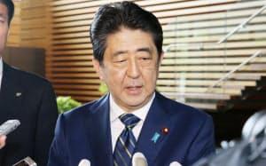 東京都議選の結果について、記者の質問に答える安倍首相(3日午前、首相官邸)