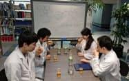 研究室では香りや味わいの試験もする