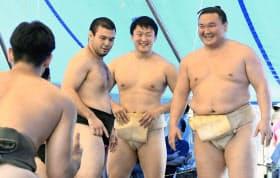 宮城野部屋の稽古で、笑顔を見せる(右から)白鵬と柔道の原沢久喜、ウルフ・アロン(3日、名古屋市)=共同