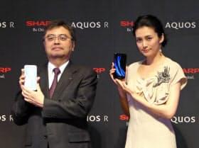 シャープの新型スマホ「アクオスR」のCMに起用が決まった女優の柴咲コウさん(右)とシャープの長谷川祥典IoT通信事業本部長(東京・港)