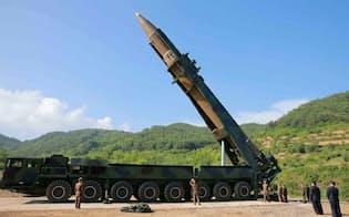 「火星14」の試射を視察する北朝鮮の金正恩朝鮮労働党委員長(右から2人目)。朝鮮中央通信が配信した(朝鮮通信=共同)