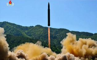 朝鮮中央テレビが放映したICBM「火星14」発射実験の写真(4日)=共同