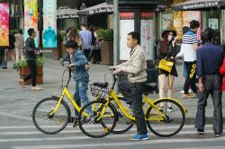 ofoの自転車を利用する人たち(4月、上海市)=小高顕撮影