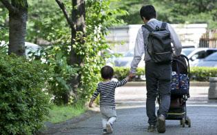 育休の取得率が高いスウェーデンやノルウェーでは、分割取得できる制度を採用している(都内で保育園に子供を送る男性)