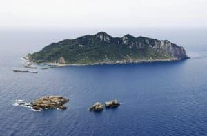 福岡県宗像市の沖ノ島。手前の岩礁は(左から)小屋島、御門柱、天狗岩=共同