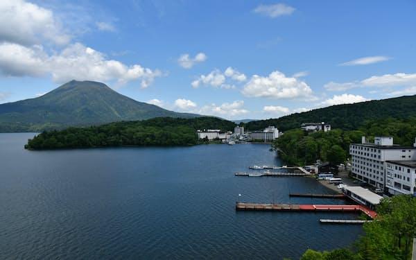 雄阿寒岳と阿寒湖畔(北海道釧路市)