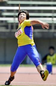 女子やり投げ 61メートル95で優勝した海老原有希(9日、札幌厚別公園競技場)=共同