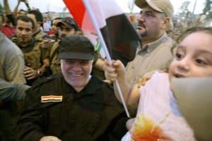 9日、イラク北部モスルの街頭を笑顔で歩くアバディ首相(左手前、イラク首相府提供)=ロイター