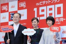 新料金を発表したKDDIの田中社長(左)(10日、東京都目黒区)