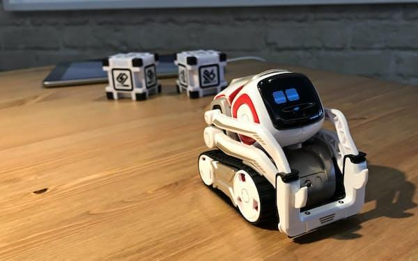 タカラトミーは米国で人気の小型AIロボット「COZMO」(=写真)を9月に日本で発売する
