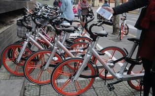 上海市内の拠点に並ぶモバイクの自転車。同社の自転車シェアサービスが急拡大している