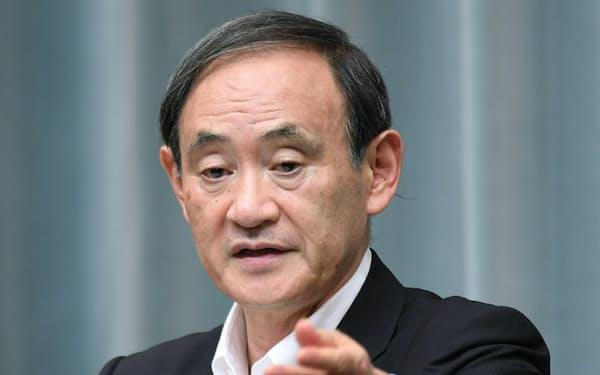 記者会見で北朝鮮の「特別重大報道」について述べる菅官房長官(4日午後、首相官邸)