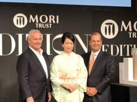 右からマリオットのカプアノ執行副社長、森トラストの伊達社長、シュレーガー氏(12日、東京・港)