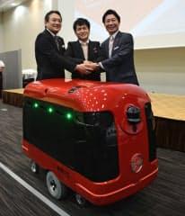 ZMPとライドオン・エクスプレスは宅配ロボの実験に着手する(13日、東京・千代田)