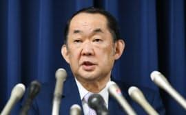 記者会見する金田法相(13日午後、法務省)
