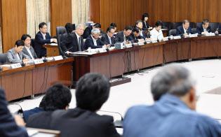 改憲の議論は首相が主導し衆院憲法審査会の存在はかすみがち(5月の会合)=共同