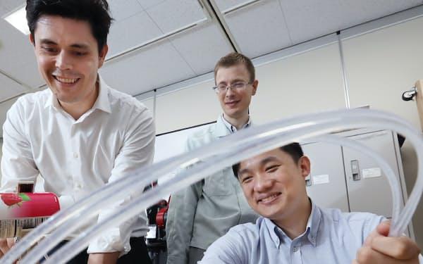 AIやロボットの研究を進めるパナソニックの陽品駒さん(右)ら外国人社員(大阪府門真市)