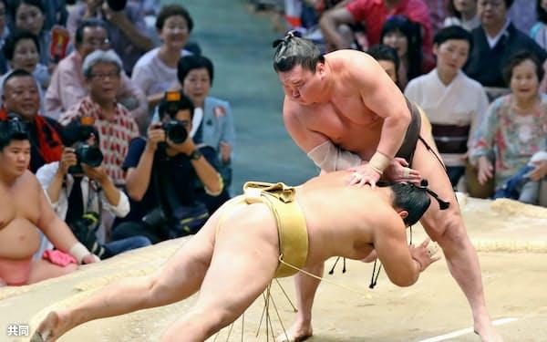 白鵬がはたき込みで輝を下す(17日、愛知県体育館)=共同