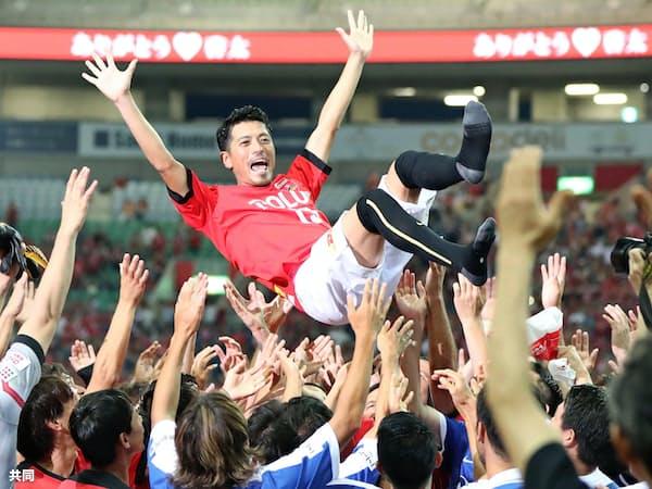 引退試合後胴上げされる、J1浦和で活躍した元日本代表の鈴木啓太氏(17日、埼玉スタジアム)=共同