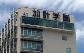 岡山理科大の校舎に掲示されている加計学園の文字(岡山市)