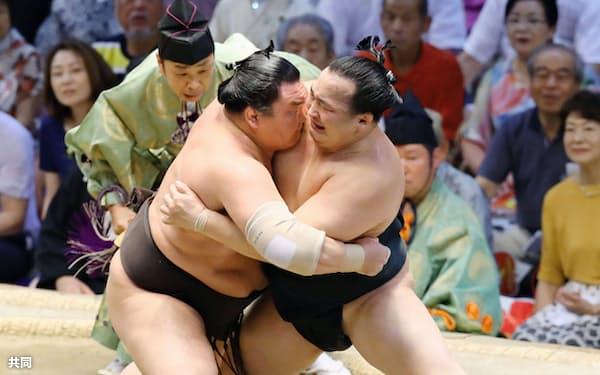白鵬(左)が寄り切りで千代翔馬を下し、単独史上2位となる通算1046勝目を挙げた(18日、愛知県体育館)=共同