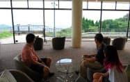 山の中腹にある「セトレハイランドヴィラ姫路」で景観を楽しむシンガポール人のヨーさん一家(兵庫県姫路市)