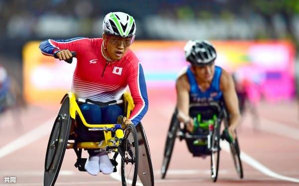 男子400メートル(車いすT52)で優勝し、ガッツポーズする佐藤友祈=左(18日、ロンドン)=共同