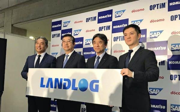 建設現場向けのサービス基盤を提供する(左から)SAPジャパンの内田士郎社長、コマツの大橋徹二社長、NTTドコモの吉沢和弘社長、オプティムの菅谷俊二社長