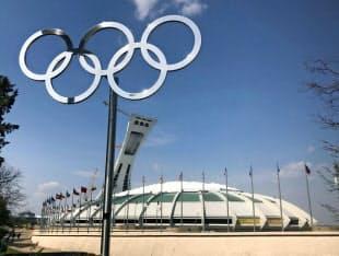 1976年大会を開催したモントリオールは長年、その赤字に苦しんだ(メーン会場だった五輪スタジアム)=共同