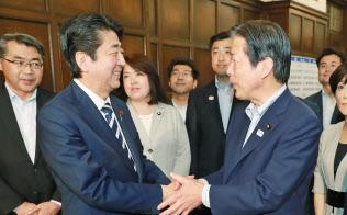 6月、通常国会が閉幕し握手する公明党の山口代表(右)と安倍首相