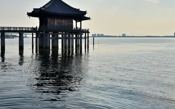おとせの浜付近から満月寺浮御堂を望む(大津市)