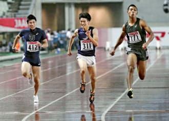 日本選手権で多田(中)はサニブラウン(右)に次ぐ2位に。左は桐生=共同