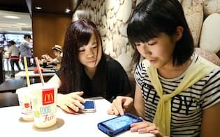 マクドナルドの店舗に「ポケモンGO」で遊ぶ人たちが集まった(昨年7月)