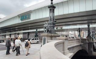 東京都中央区の日本橋の上を通る首都高速道路の高架橋