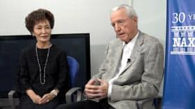 ナクソスのクラウス・ハイマン会長(右)とバイオリニストで共同創業者でもある妻の西崎崇子さん(6月、東京都世田谷区のナクソス・ジャパン本社)