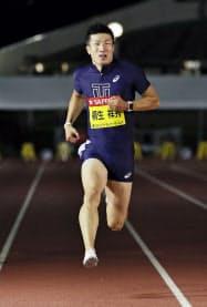 男子100メートル 10秒05の大会新記録で制した桐生祥秀(23日、代々木公園陸上競技場)=共同