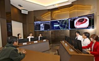 嘉泉大学ギル病院では、がん患者の診断にワトソンを活用している。写真は、昨年12月に開設した「人工知能がんセンター」。患者(左手前)は医師からワトソンの示す内容の説明を受けている(韓国仁川市)