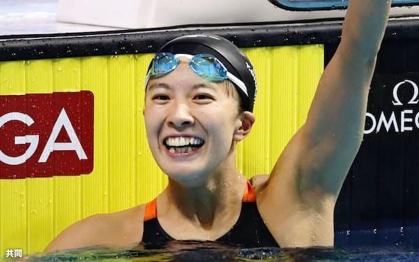 女子200メートル個人メドレー決勝 銀メダルを獲得し、左腕を突き上げて喜ぶ大橋悠依(24日、ブダペスト)=共同