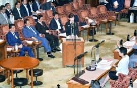 参院予算委で民進党の蓮舫代表の質問に答える稲田防衛相(25日午前)
